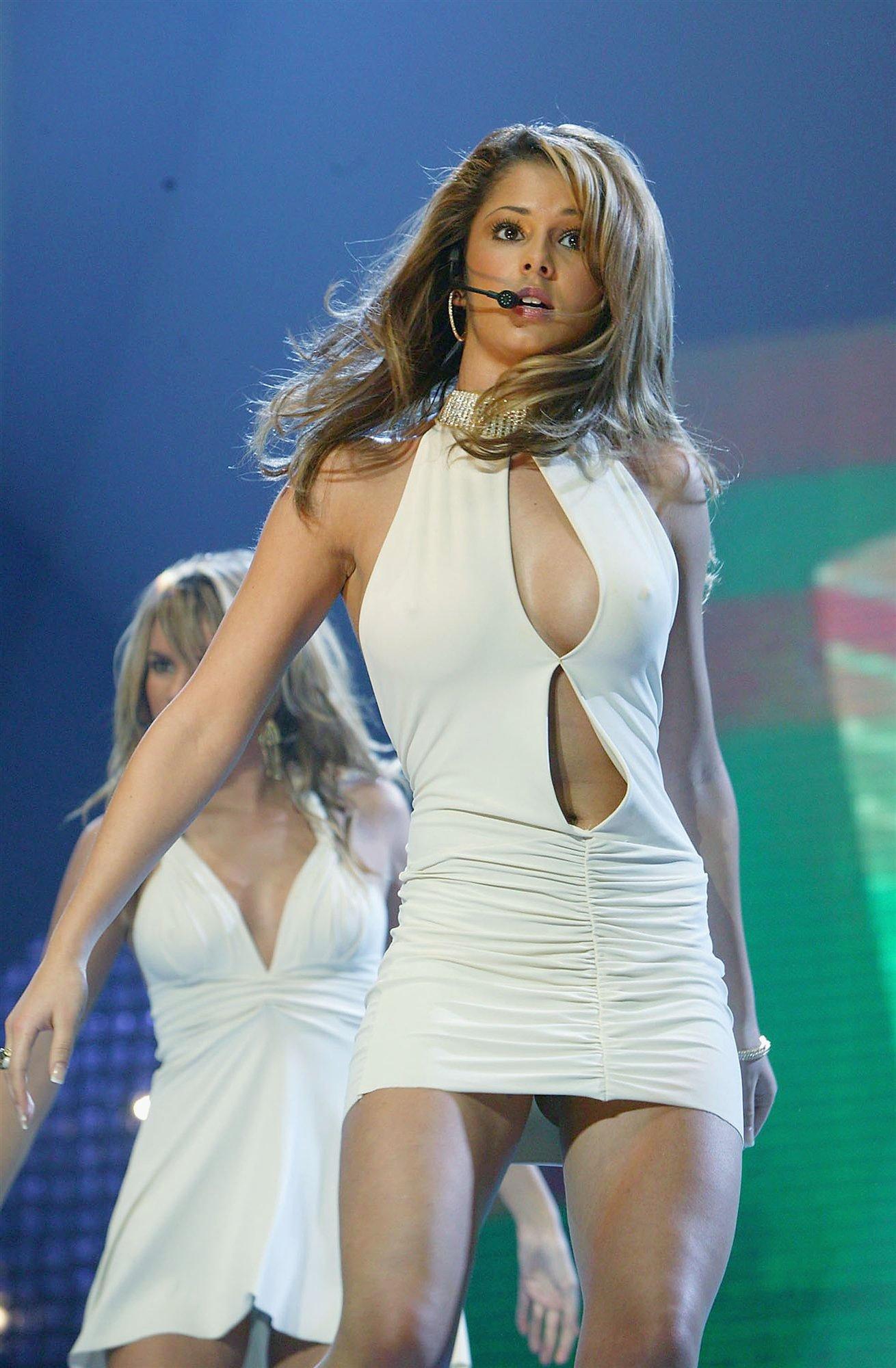Фото под юбками на сцене